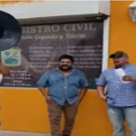 VIDEO: Hombre celebra su divorcio cantando con banda afuera del Registro Civil